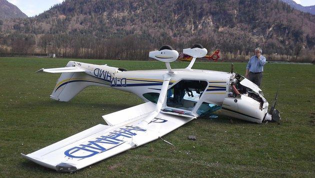 Die Maschine überschlug sich bei der Landung auf der Graspiste und kam auf dem Dach zu liegen. (Bild: APA/ZEITUNGSFOTO.AT/LIEBL DANIEL)