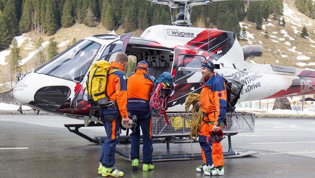Kräfte der Bergrettung mit Helikopter an der Mautstelle Ferleiten auf der Glocknerstraße (Bild: APA/EXPA PICTURES/JFK)