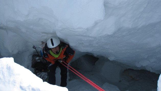 Einer der Bergretter in der Gletscherspalte (Bild: APA/BERGRETTUNG SALZBURG/UNBEKANNT)