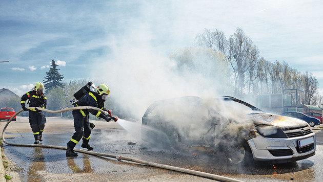 Die Helfer konnten den Brand schließlich löschen, der Wagen wurde jedoch völlig zerstört. (Bild: Pressestelle BFK Mödling)