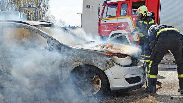 Aus dem Armaturenbrett dieses Opels schlugen plötzlich Flammen. (Bild: Pressestelle BFK Mödling)