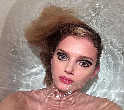 Model Lily Donaldson liegt geschminkt in der Wanne. (Bild: Viennareport)