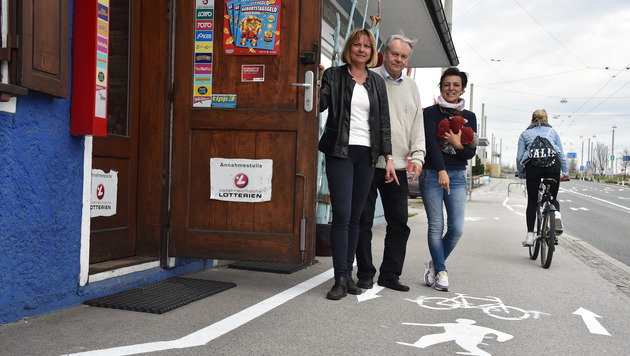 Die Trafikanten Anita und Kurt Obermair gemeinsam mit Milena Nunez vom Woll-Laden nebenan (Bild: Wolfgang Weber)