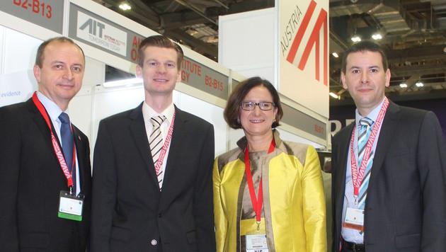 Polizei-Boss Konrad Kogler (li.) und Innenministerin Mikl-Leitner mit IT-Experten in Singapur (Bild: Klaus Loibnegger)
