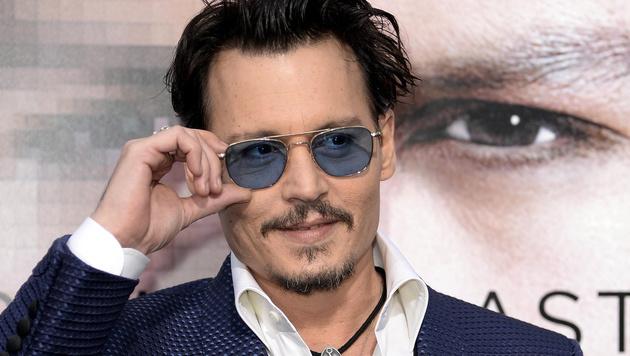 Johnny Depp nutzt lediglich ein Handy - und selbst da hat er Angst, sich zu verletzen. (Bild: APA/EPA/MICHAEL NELSON)