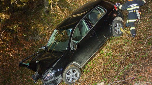 Das Auto stürzte rund 50 Meter über eine steile Böschung. (Bild: APA/FOTOKERSCHI.AT)