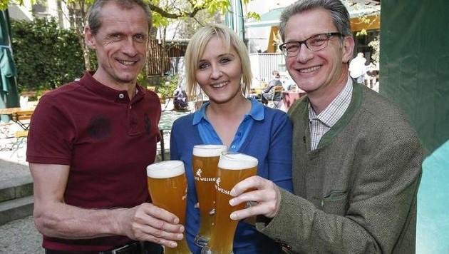 Andreas Schwaighofer und Peter Hecht von Bio-Austria mit Manuela (Bild: Markus Tschepp)