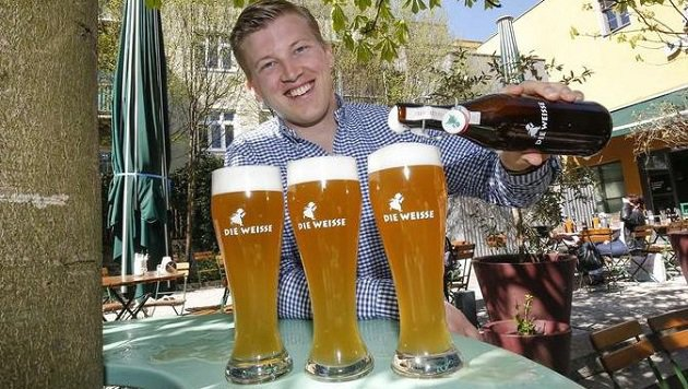 Brauer Felix Gmachl präsentiert erstes glutenfreies Bio-Weissbier. (Bild: Markus Tschepp)
