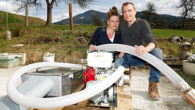 """Robert Schneider und Heidi Höllerer mit dem """"Gold-Sauger"""" (Bild: GERHARD SCHIEL)"""
