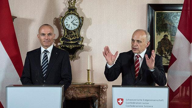 Bald gemeinsame Grundausbildung mit der Schweiz? (Bild: APA/EPA/PETER SCHNEIDER)
