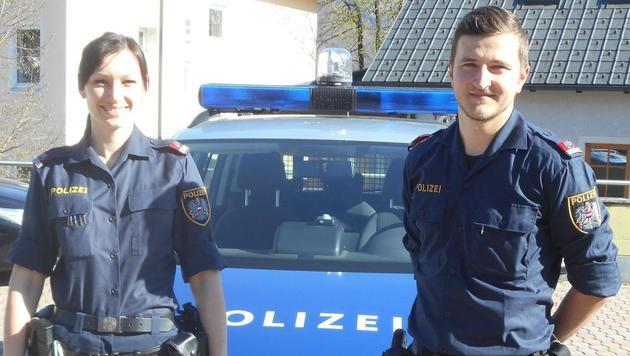 Dijana Sola-Dojcinovic und Christian Englbrecht-Dießlbacher kümmerten sich um den Zweijährigen. (Bild: Polizei Gmunden)