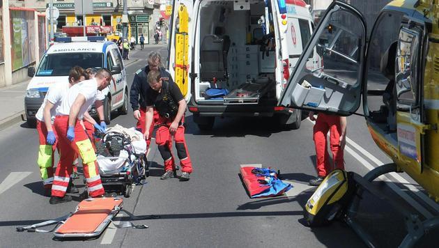 Das Unfallopfer wurde vom Notarztteam des Rettungshubschraubers versorgt. (Bild: APA/ÖAMTC/UNBEKANNT)