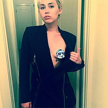 """Sie setzt sich für die """"Free the Nipple""""-Initiative ein. (Bild: instagram.com/mertalas)"""