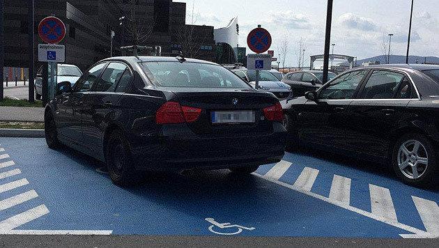 Das Auto des angeblichen Beamten auf dem Behindertenparkplatz (Bild: privat)