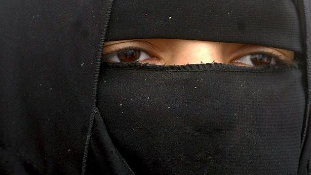 Mädchen (17) aus Zwangsehe im Ausland gerettet (Bild: APA/EPA/Ali Abbas (Symbolbild))