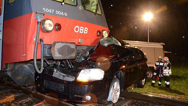 Zug übersehen: Auto in NÖ von Triebwagen erfasst (Bild: APA/Einsatzdoku.at/Steyrer)