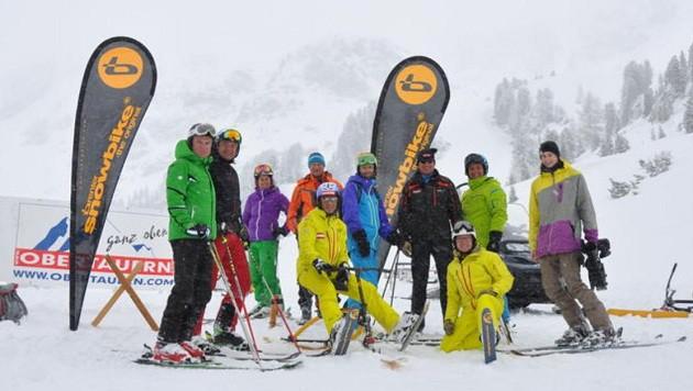 Skischulbesitzer Hermann Koch aus Obertauern mit seinem Team beim Weltrekordversuch. (Bild: Skischule Hermann Koch)