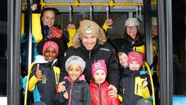 Marcel reiste mit dem Skibus und Dutzenden Kindern zum Fest an. (Bild: Gerhard Schiel)