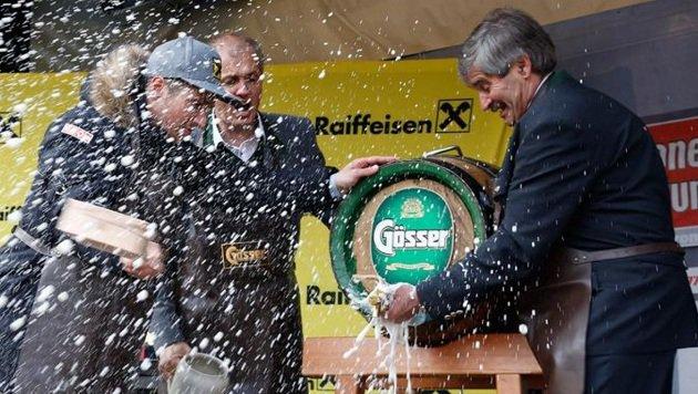 """Zwei Schläge und """"Ozapft is"""". Bürgermeister Josef Schwarzenbacher mit Marcel. (Bild: Gerhard Schiel)"""