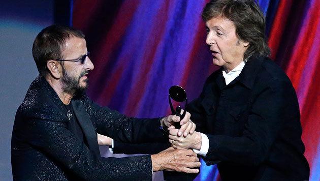 Paul McCartney überreicht Ringo Starr die Trophäe. (Bild: AP)