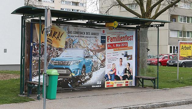 Diese Bushaltestelle in Braunau nahmen die Schützen ins Visier. (Bild: Daniel Scharinger)