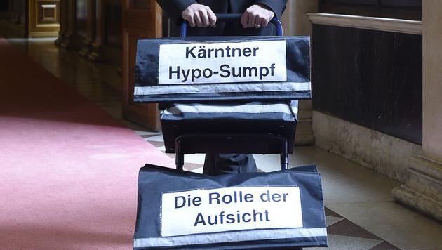 Aktentransport anlässlich einer Sitzung des Hypo-U-Auschusses im Parlament (Bild: APA/HELMUT FOHRINGER)
