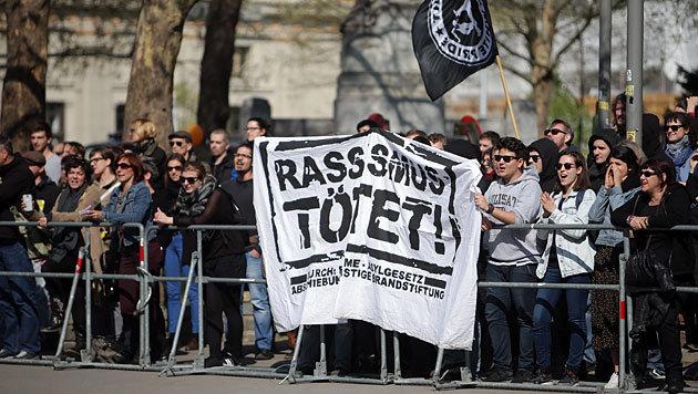 Transparente der gleichzeitig stattfindenden Gegendemonstration (Bild: APA/Georg Hochmuth)