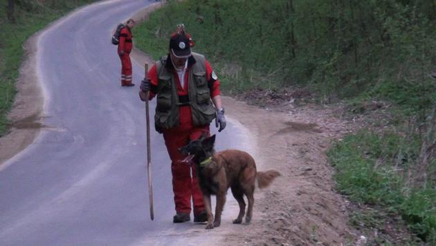 Ein Rettungshund fand die Leiche. (Bild: Einsatzdoku.at/Steyrer)