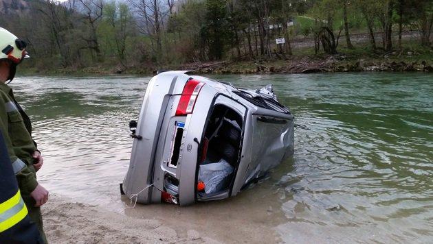 Der 29-Jährige wurde unterkühlt und verletzt ins Spital gebracht. Am Fahrzeug entstand Totalschaden. (Bild: FF Bad Ischl)