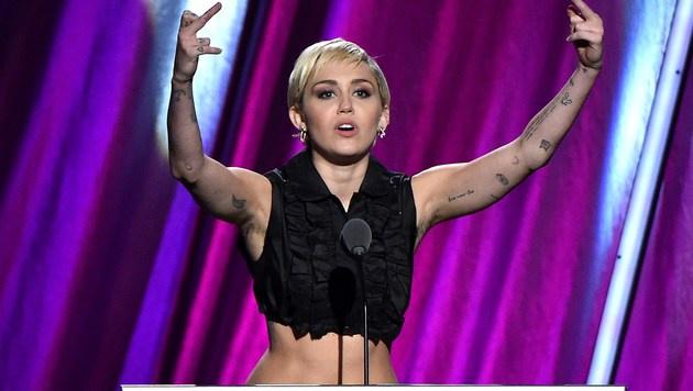 Auf der Bühne war Miley dann doch mehr angezogen. (Bild: AFP)