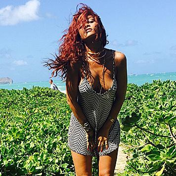 Am Strand gewährt Rihanna tiefe Einblicke. (Bild: Viennareport)