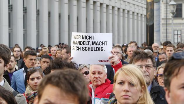 Tausende Menschen bei Mahnwache in Wien (Bild: ZWEFO)