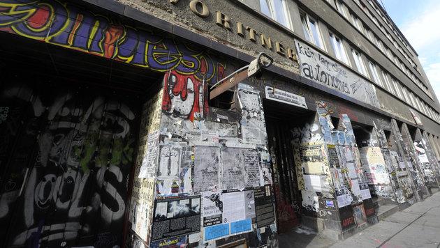 Das Migranten-Vereinslokal in Favoriten wurde von den Hooligans gestürmt. (Bild: APA/HERBERT PFARRHOFER)