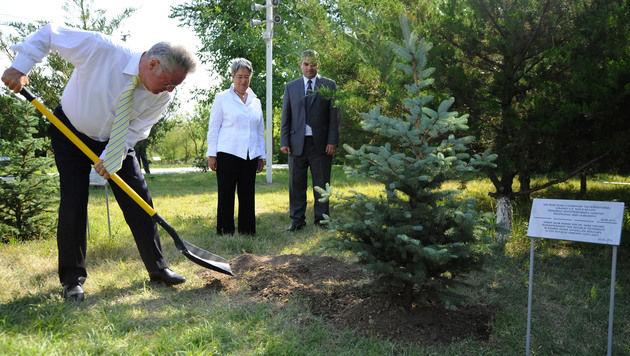 Präsident Fischer beim Pflanzen eines Baumes bei der Völkermord-Gedenkstätte in Eriwan im Jahr 2012 (Bild: APA/HANS KLAUS TECHT)