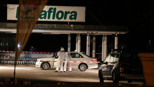 Das Fahrzeug der Frau wurde samt ihrer Leiche am Parkplatz vor einem Markt in Gunskirchen entdeckt. (Bild: Matthias Lauber)