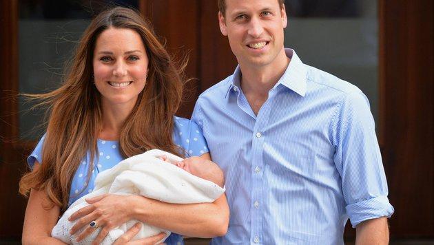 William und Kate mit Baby George beim Verlassen der Klinik. (Bild: AFP)