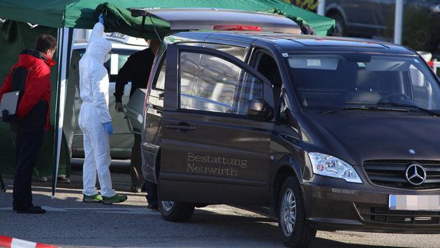 Ein Fahrzeug einer Bestattungsfirma am Tatort (Bild: APA/LAUMAT.AT/MATTHIAS LAUBER)