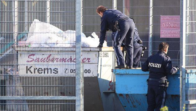 Polizeibeamte bei der Spurensuche (Bild: APA/LAUMAT.AT/MATTHIAS LAUBER)