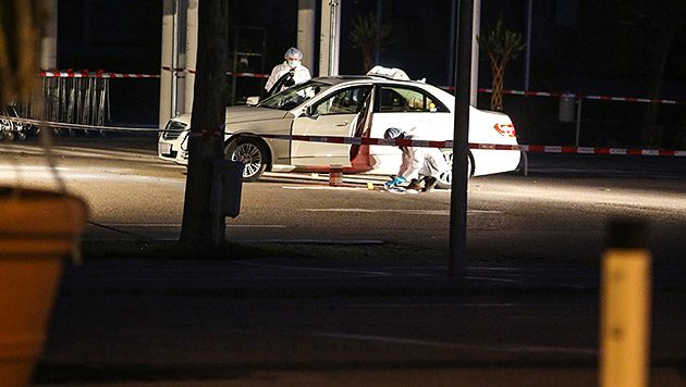 Die Tatortermittler nahmen bereits in der Nacht ihre Arbeit auf und sicherten Spuren. (Bild: APA/Matthias Lauber)