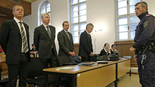 Freisprüche im Paradiso-Prozess u.a. für Ex-FPÖler Rumpold (li.) und Ex-Banker Kulterer (2. v. li.) (Bild: APA/GERT EGGENBERGER)
