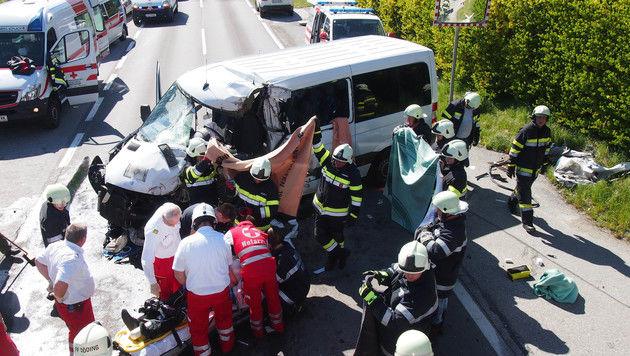 Die Rettungskräfte versorgten die verletzte Schulbuslenkerin. (Bild: FF Södling)