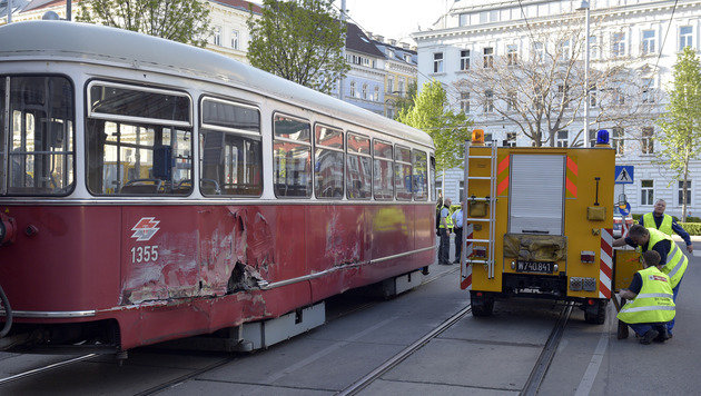 Straßenbahnen touchierten - zwölf Leichtverletzte (Bild: APA/HANS PUNZ)