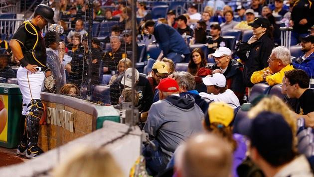 Video: Zuschauerin von Baseball am Kopf getroffen (Bild: AFP)