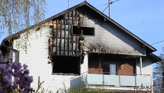 Die Flammen schlugen durchs Fenster und griffen auf die Fassade des Hauses in Schwanenstadt über. (Bild: Matthias Lauber)