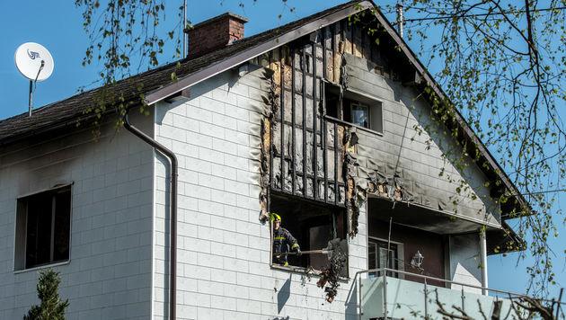 In diesem Haus brach das Feuer im ersten Stock aus. (Bild: APA/FOTOKERSCHI.AT/WERNER KERSCHBAUM)