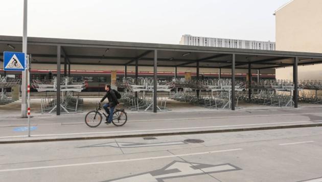 Leere Radlständer der Bike-and-ride-Anlage am Westbahnhof (Bild: Christian Fürthner)