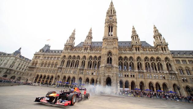 Formel 1: Hier rast Ricciardo über Rathausplatz (Bild: APA/EPA/GEORG HOCHMUTH)