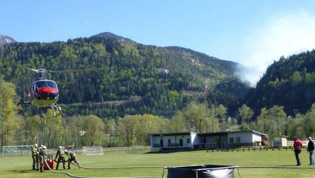 Helfer der Feuerwehr in der Nähe des Brandortes (Bild: FF Oberdrauburg)