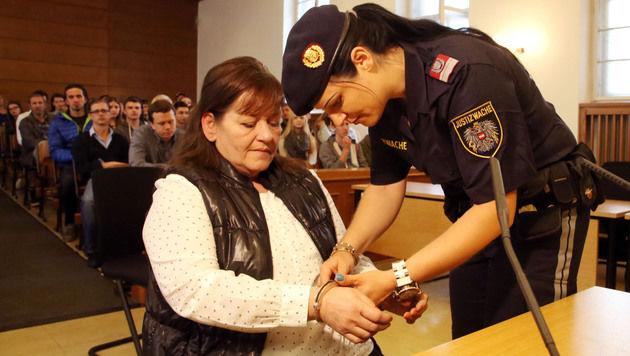 Die Angeklagte im Gerichtssaal (Bild: Uta Rojsek-Wiedergut)