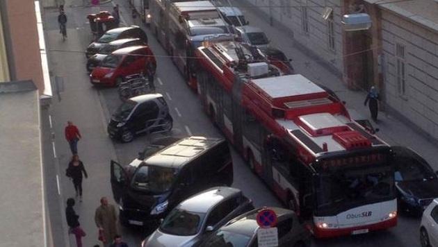 Die O-Bus-Lenkerin weigerte sich weiter zu fahren, rasch staute es zurück. (Bild: Michael Pichler)